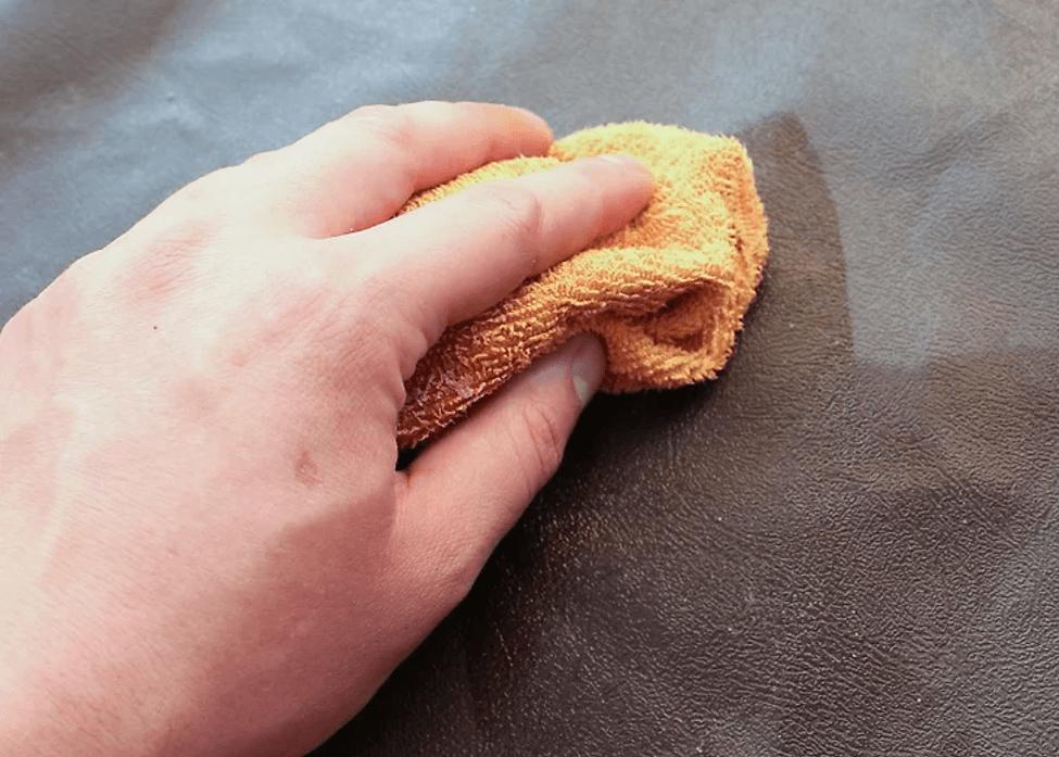 پاک کردن چربی و روغن از داخل خودرو